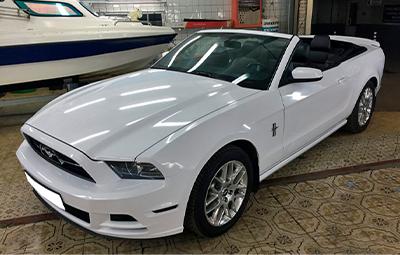 Полная оклейка Ford Mustang белой глянцевой пленкой