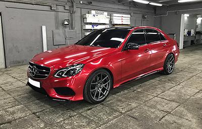 Полная оклейка Mercedes-Benz E class в красной металлик