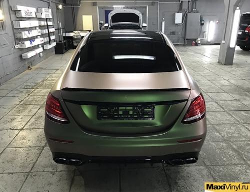 Полная оклейка Mercedes-Benz E class пленкой хамелеон