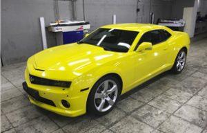 Полная оклейка Chevrolet Camaro желтой пленкой Avery