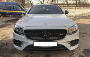 Полная оклейка Mercedes-Benz E class серой глянцевой пленкой