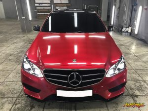 Полная оклейка Mercedes-Benz E class в красной металлик 3
