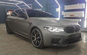 Полная оклейка BMW M5 F90 в серый матовый металлик
