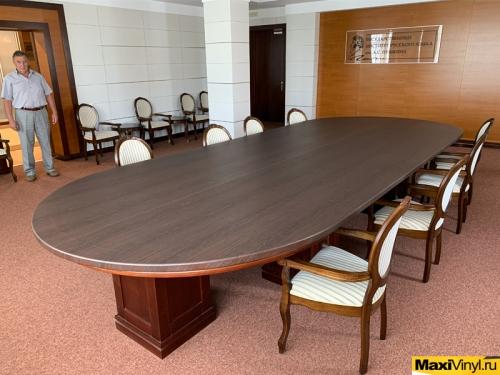 Оклейка пленкой стола для конференций