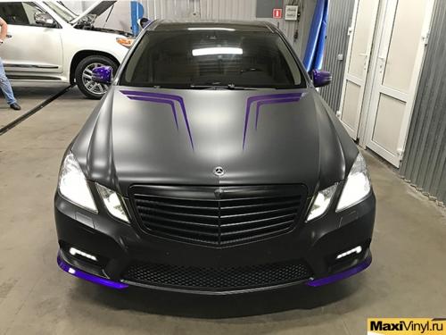 Полная оклейка Mercedes-Benz E класс в черный мат + наклейки